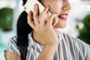 Une personne au téléphone